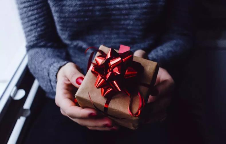 送礼物用英语怎么说?礼物的英文到底是gift还是present?